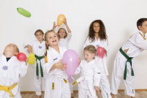 Kindergruppe mit Ballons